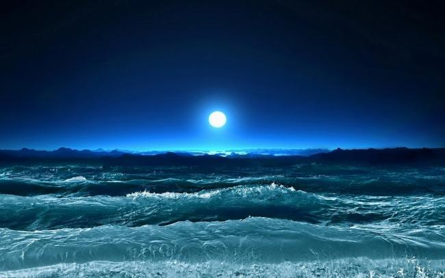 月亮与大海的图片